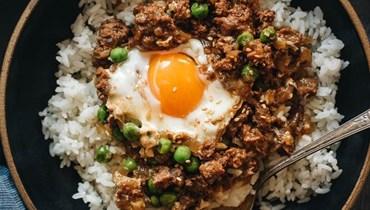 الأرز مع البيض واللحم.