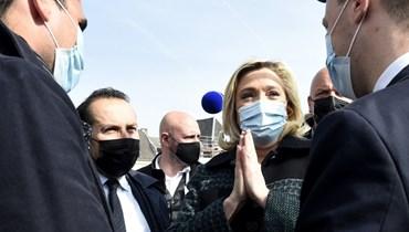 لوبن وسط انصار لها في سوق في افان سور هيلب شمال فرنسا (9 نيسان 2021، أ ف ب).