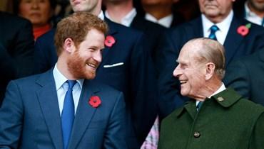 الأمير هاري وجدّه الراحل، الأمير فيليب (أ ف ب).