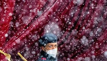 """ضابطة شرطة عند مدخل فندق """"غراند"""" في فيينا، حيث يجري ديبلوماسيون من الاتحاد الأوروبي والصين وروسيا وإيران المحادثات (تعبيرية- أ ف ب)."""