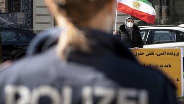 متظاهرون امام الفندق في فيينا (ا ف ب)