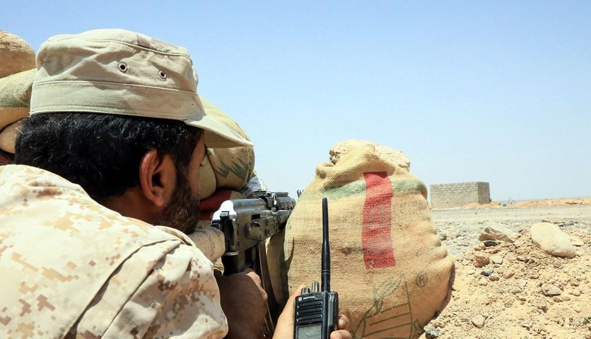 مقاتل من القوات الموالية للحكومة اليمنية يترصّد الحوثيين في محافظة مأرب (أ ف ب- 6 نيسان 2021).