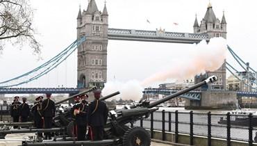 إطلاق المدفعية عند برج لندن تكريماً للأمير فيليب (أ ف ب).