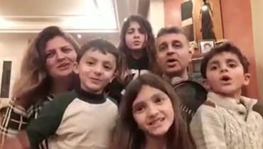 الأطفال ووالديهم في الفيديو.