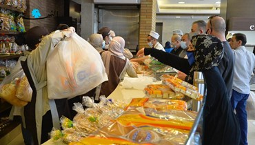 مواطنون يصطفّون لشراء الخبز.