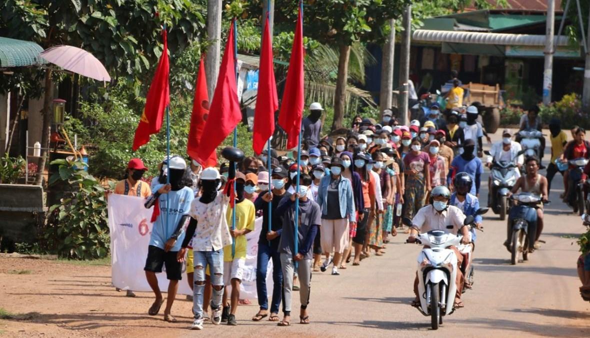 محتجون خلال تظاهرة ضد الانقلاب في بلدة لونغلون في منطقة داوي في بورما (10 نيسان 2021، أ ف ب).