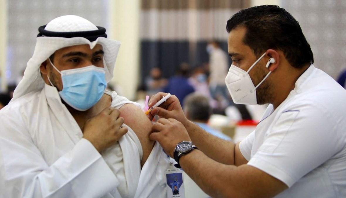 رجل يتلقى لقاح كورونا في مركز للتطعيم في مدينة الكويت (11 نيسان 2021، أ ف ب).