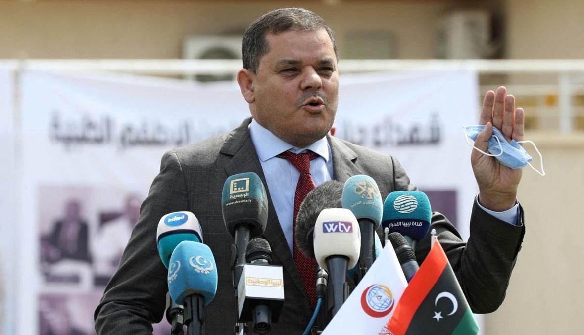 الدبيبة متكلما خارج مركز السيطرة على الأمراض في طرابلس في مناسبة اطلاق الحملة الوطنية للتلقيح ضد كورونا (10 نيسان 2021، أ ف ب).
