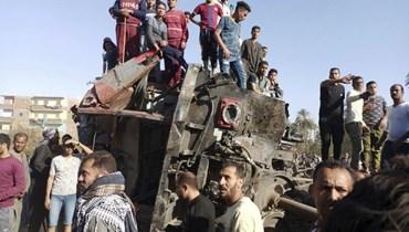 مصريون تجمعوا في موقع حادث القطارين في مدينة سوهاج جنوب مصر (26 آذار 2021، أ ب).