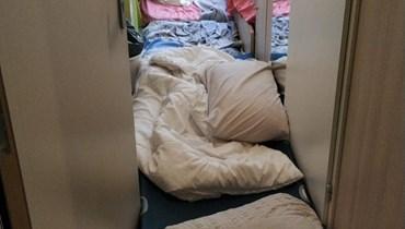 """أنظروا ماذا فعلت """"دولتنا""""... طلابنا يعيشون كالسجناء في الخارج! (بالصور)"""