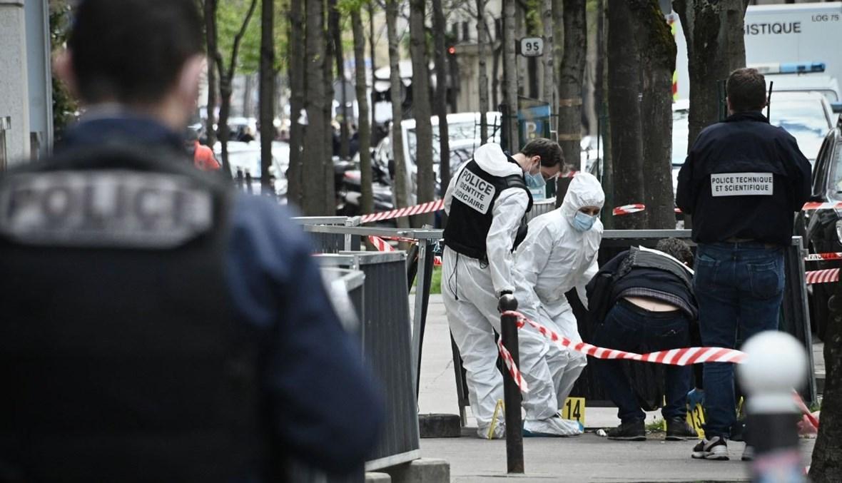 محققون يجمعون أدلة بالقرب من المستشفى في باريس، حيث وقع الهجوم (12 نيسان 2021، أ ف ب).