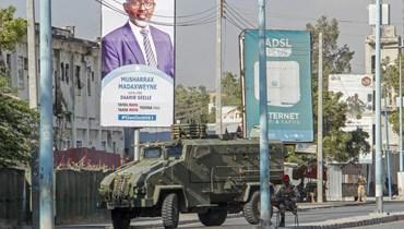 قوات الأمن تغلق شارعا بواسطة مدرعة خلال احتجاجات ضد الحكومة في العاصمة مقديشو بالصومال (19 شباط 2021، أ ب).