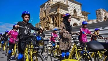 درّاجات عراقيات يشاركن في ماراثون في البلدة القديمة في الموصل شمال العراق (12 نيسان 2021، ا ف ب).