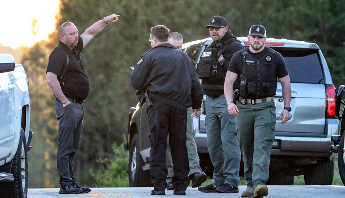 عناصر من الشرطة الاميركية في مكان الحادث في مقاطعة كارول بجورجيا (12 نيسان 2021، أ ب).
