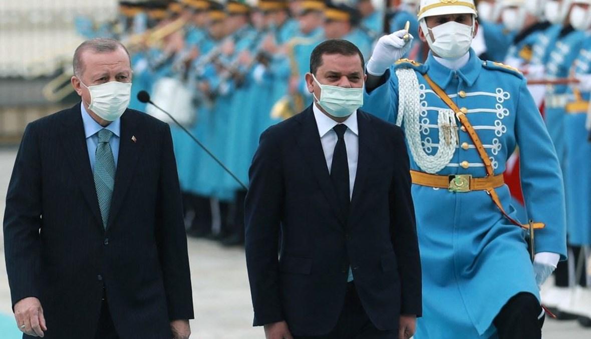 الرئيس التركي رجب طيب أردوغان-إلى اليسار- ورئيس الوزراء الليبي عبد الحميد الدبيبة في القصر الرئاسي بأنقرة الاثنين.(أ ف ب)