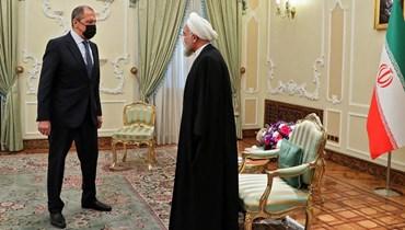 الرئيس الايراني حسن روحاني ووزير الخارجية الروسي سيرغي لافروف في طهران أمس.(أ ف ب)