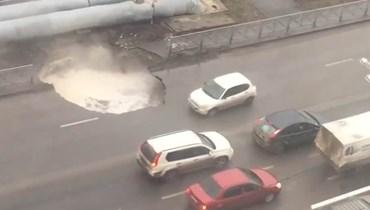 بالفيديو: الأرض تنشقّ وتبتلع سيارات في روسيا