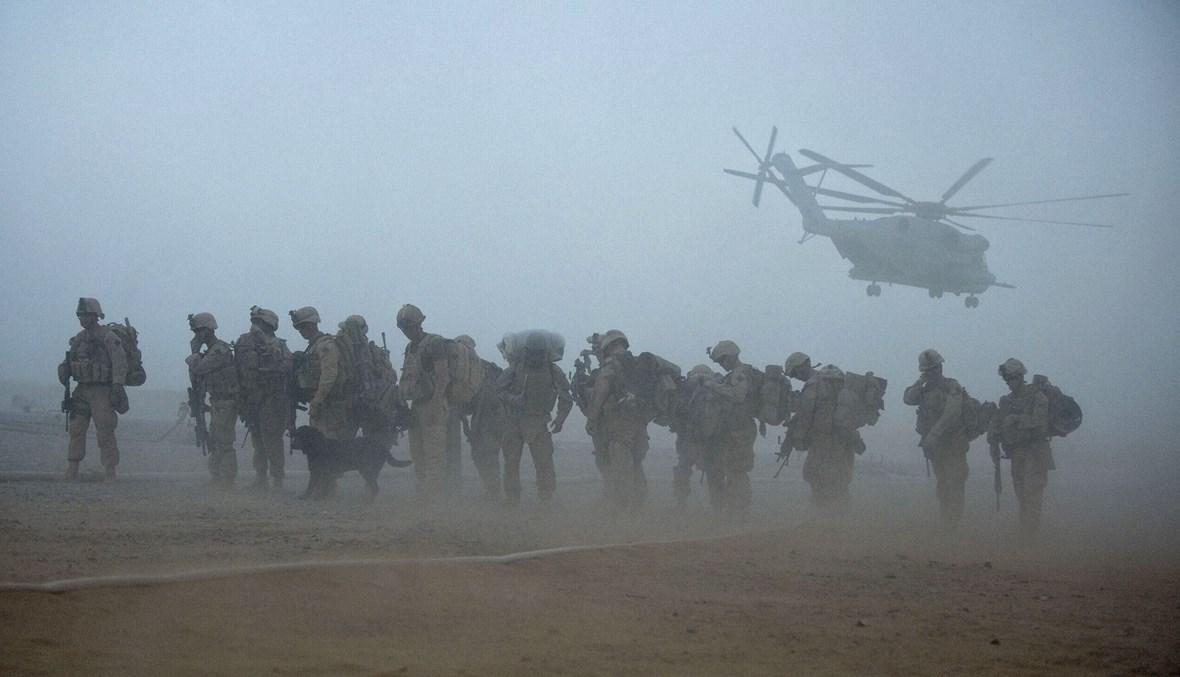 مشاة البحرية الأميركية من الكتيبة الثانية خلال عملية خنجر في معسكر دواير بإقليم هلمند في أفغانستان (أ ف ب- 2 تموز 2009).