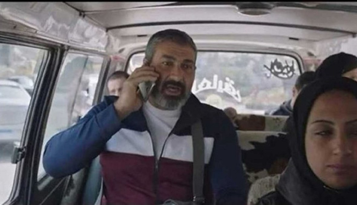 صورة لمشهد ياسر جلال ممسكًا الهاتف بالمقلوب