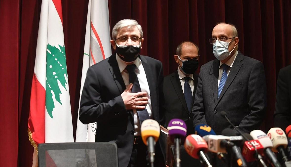 وزير التربية طارق المجذوب وإلى جانبه نقيب الأطباء خلال المؤتمر الصحافي (حسام شبارو).