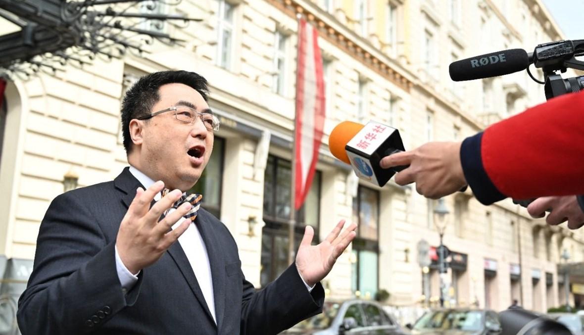 المندوب الصيني لدى الوكالة الدولية للطاقة الذرية السفير وانغ تشون مصرحا امام فندق غراند اوتيل في فيينا، حيث انعقدت المفاوضات حول الملف النووي الايراني  (15 نيسان 2021، ا ف ب).