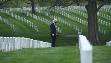 بايدن يمشي في مقبرة أرلينغتون الوطنية في أرلينغتون بفيرجينيا لتكريم قدامى المحاربين الذين سقطوا في الصراع الأفغاني (14 نيسان 2021، ا ف ب).