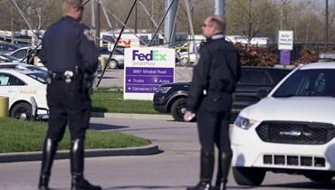 عناصر من الشرطة انتشروا بالقرب من موقع اطلاق النار في منشأة FedEx Ground في إنديانابوليس (16 نيسان 2021، أ ب).