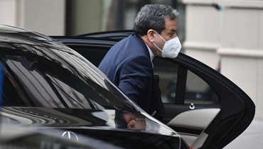 """عباس عراقجي، نائب وزير الخارجية الإيرانية، لدى وصوله إلى فندق """"غراند اوتيل"""" في فيينا، حيث تنعقد المحادثات النووية المغلقة مع إيران (16 نيسان 2021، أ ف ب)."""