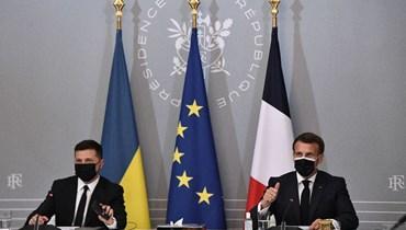 ماكرون وزيلينسكي يعقدان مؤتمرًا صحافيًا عقب اجتماعهما في قصر الإليزيه في باريس (16 نيسان 2021، أ ف ب).