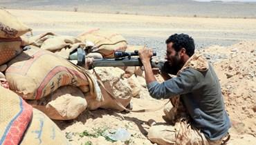 عنصر من القوات الموالية للحكومة اليمنية المدعومة من السعودية في موقع مواجه للحوثيين في محافظة مأرب شمال شرق اليمن (6 نيسان 2021، أ ف ب).