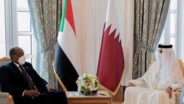 رئيس المجلس السيادي السوداني عبد الفتاح البرهان خلال لقائه أمير قطر الشيخ تميم بن حمد آل ثاني في الدوحة (8 نيسان 2021، ا ف ب).