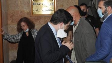 لحظة دخول القاضية عون مكتب مكتّف للصيرفة بالقوّة (مارك فياض).