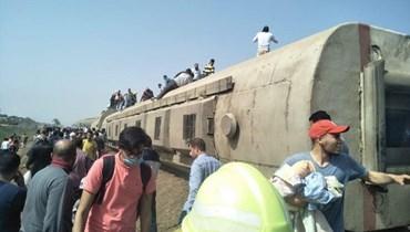 في موقع حادث القطار (الصورة من صفحة محافظة القليوبية).