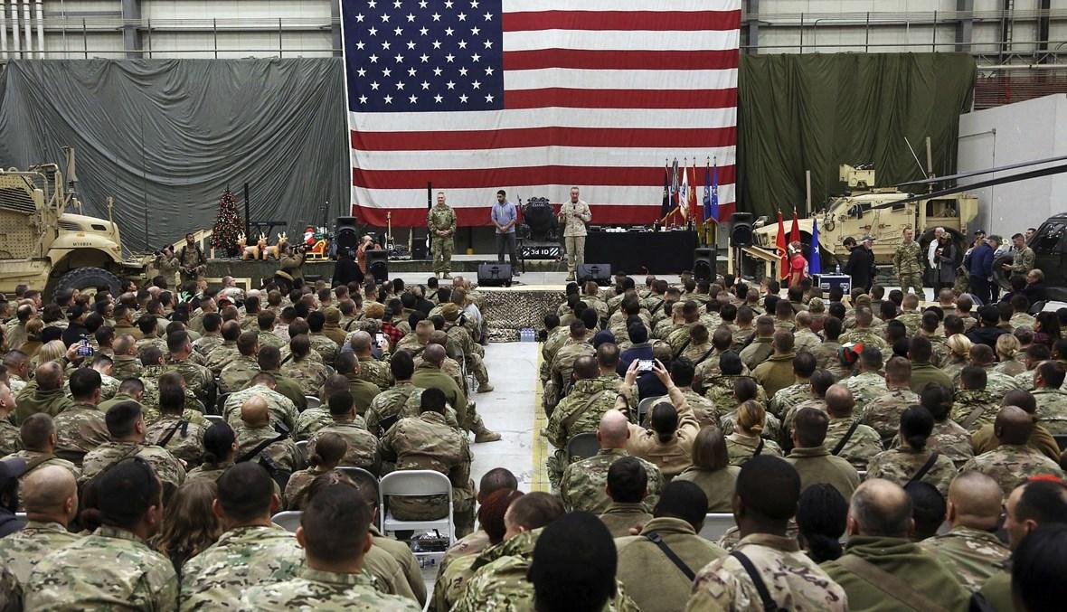 """رئيس هيئة الأركان الجنرال جوزف دانفورد يلقي كلمة احتفالية بمناسبة عيد الميلاد أمام جنود أميركيين في أفغانستان، كانون الأول 2017 - """"أ ب"""""""