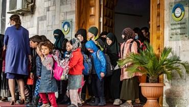خلال تسليم الأطفال الأيتام إلى وفد روسي، في مقر إدارة الشؤون الخارجية للإدارة الكردية في مدينة القامشلي شمال شرق سوريا (18 نيسان 2021، أ ف ب).