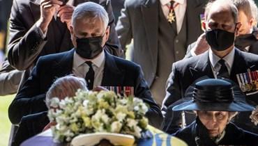 أفراد العائلة المالكة يسيرون خلف جثمان الأمير فيليب في كنيسة سان جورج بقلعة وندسور السبت.   (أ ف ب)