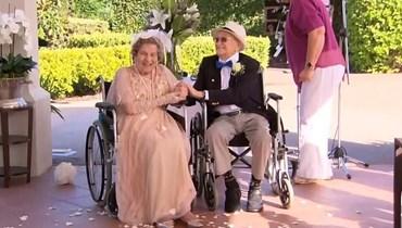 رون هدلي وماري هيل يتزوجان في دار رعاية المسنين.