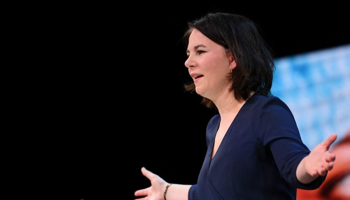 بيربوك متكلمة خلال إعلان الحملة الانتخابية للحزب وترشيحها لمنصب المستشار في برلين (19 نيسان 2021، أ ف ب).