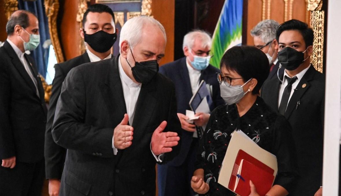 وزير الخارجية الإيراني محمد جواد ظريف ملتقيا نظيرته الإندونيسية ريتنو مارسودي في جاكرتا (19 نيسان 2021، أ ف ب).