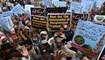 """متظاهرون من """"حركة لبيك باكستان"""" في مدينة لاهور أمس.   (أ ف ب)"""