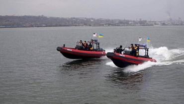زورقان تابعان للحرس الوطني خلال تدريبات قبالة مرفأ ماريوبول في بحر آزوف أمس.   (أ ف ب)