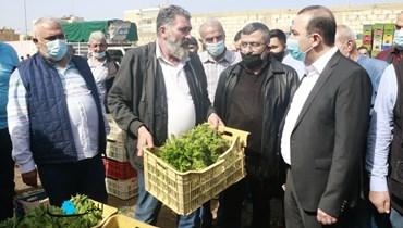 مرتضى يتفقد سوق الخضر في بيروت (تصوير حسن عسل).