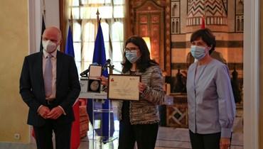 """تكريم من السفارة الفرنسية... مديرة """"كفى"""" تتسلّم جائزة حقوق الانسان ودولة القانون الفرنسية الألمانية"""