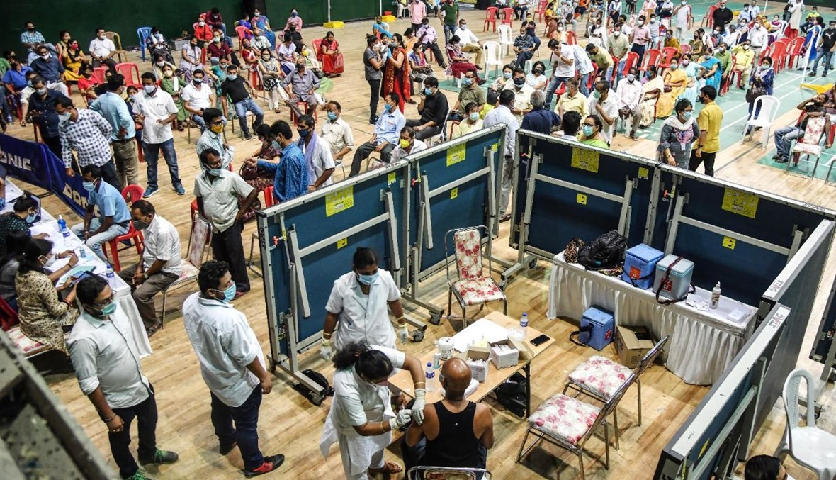 داخل مركز للتطعيم ضد كورونا أقيم في ملعب في جواهاتي بالهند (22 نيسان 2021، أ ف ب).