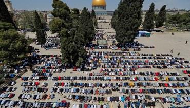 فلسطينيون يشاركون في صلاة الجمعة الأولى من شهر رمضان في المسجد الأقصى في البلدة القديمة في القدس (16 نيسان 2021، أ ف ب).