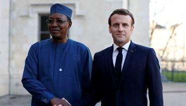 الرئيس الفرنسي إيمانويل ماكرون ونظيره الراحل إدريس ديبي إتنو (أ ف ب).