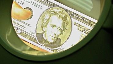 مع إعادة تقييم المتعاملين لتوقيت خفض مشتريات السندات... الدولار يتعثّر