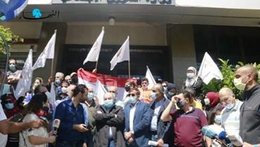 بالصور- اعتصام للعاملين في برنامج الأُسَر الأكثر فقراً أمام وزارة الشؤون