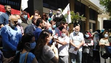 """العمال في """"مشروع الفقر"""" يرفعون صرخات حرمانهم من الوظيفة... كيف ردّت وزارة الشؤون؟"""