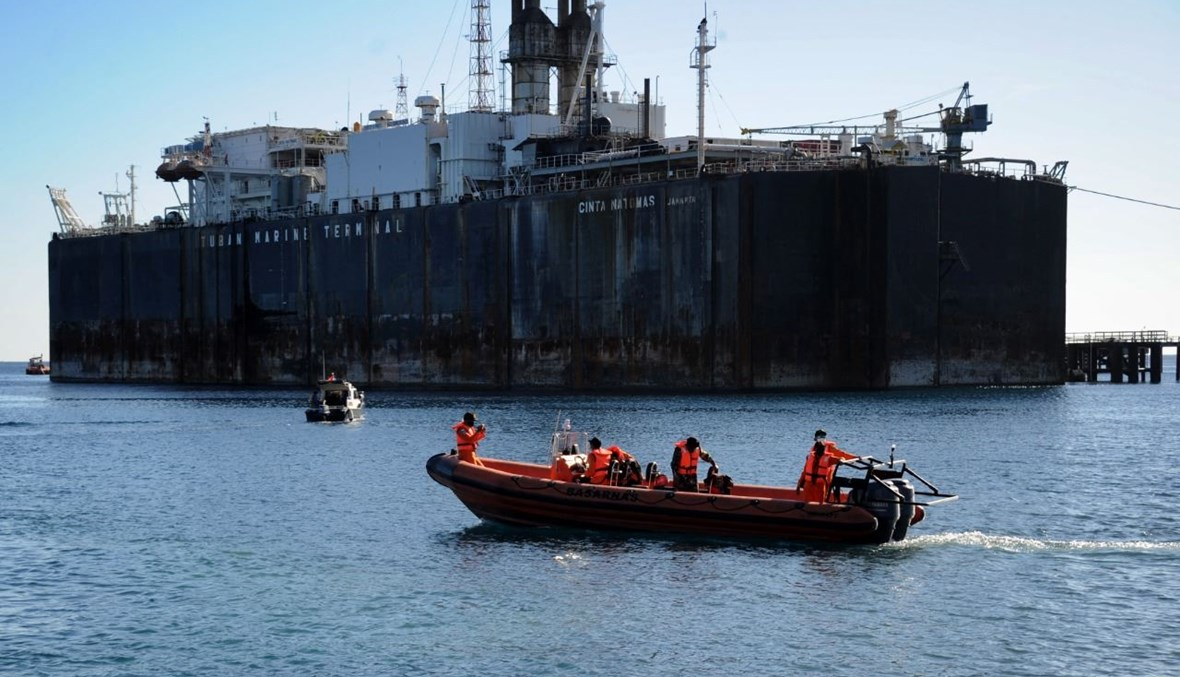 عناصر من وكالة الإنقاذ الإندونيسية في ميناء سيلوكان باوانغ في مقاطعة بوليلينغ، استعدادا للمشاركة في عملية البحث عن الغواصة المفقودة  (22 نيسان 2021، أ ف ب).